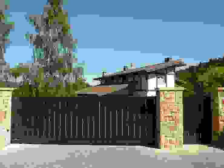 Puerta tipo corredera base de una hoja automática de aluminio soldado Puertas y ventanas de estilo moderno de Puertas Lorenzo, s.a Moderno