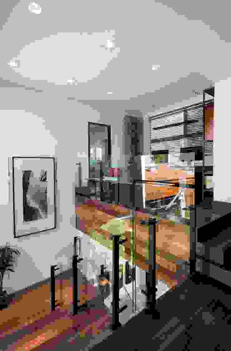Elmor Arquitetura Modern corridor, hallway & stairs