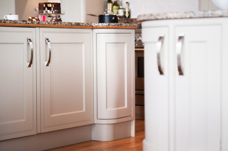 Mr & Mrs R, Kitchen - Shepperton, Surrey Classic style kitchen by Raycross Interiors Classic