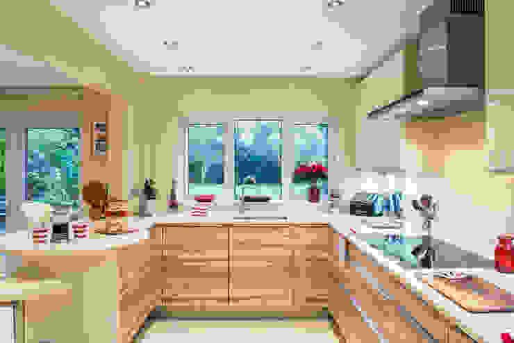 Kitchen by Raycross Interiors,