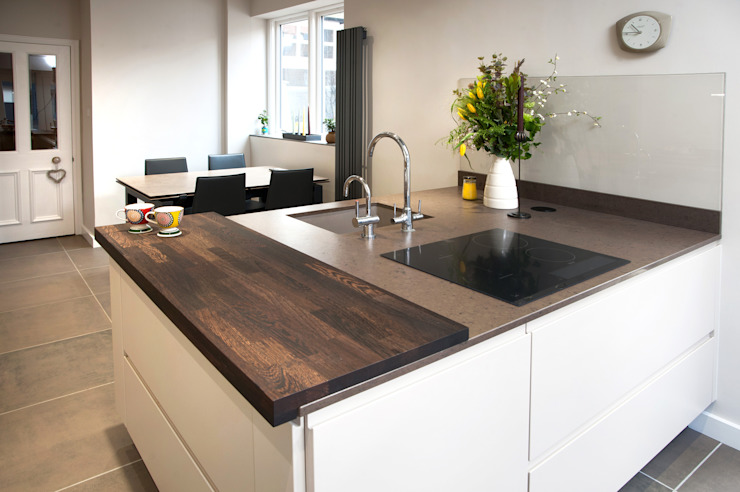 Silestone Amazon Grey and Spekva Wenge モダンな キッチン の Haus12 Interiors モダン