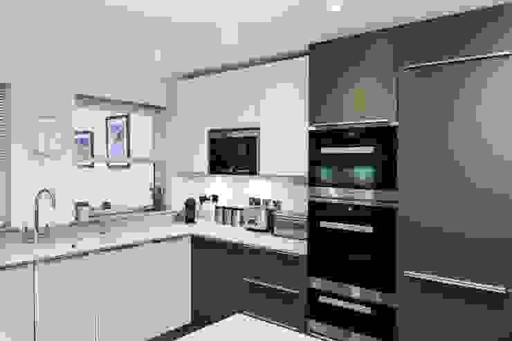 A stunning modern German Kitchen - Kitchen Design Surrey Dapur Modern Oleh Raycross Interiors Modern
