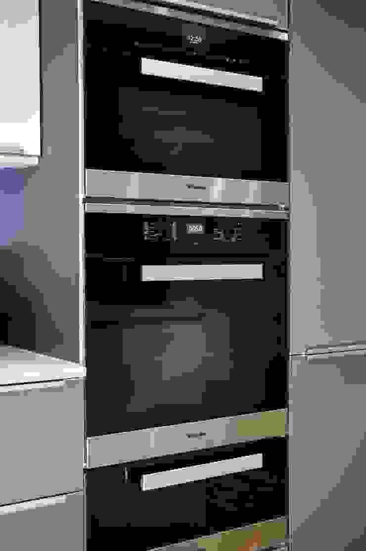A stunning modern German Kitchen - Kitchen Design Surrey Modern kitchen by Raycross Interiors Modern