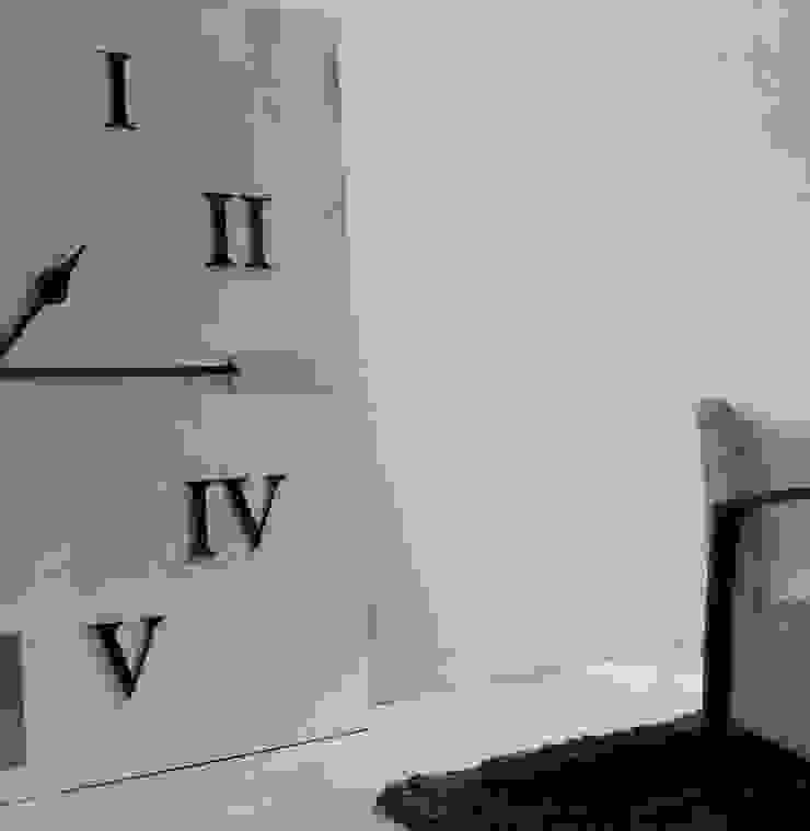 Płyty z betonu architektonicznego w salonie - siwa biel Nowoczesny salon od Luxum Nowoczesny