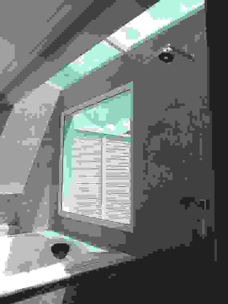 RESIDÊNCIA J&J Banheiros modernos por Raquel Pelosi Arquitetura e Design Visual Moderno