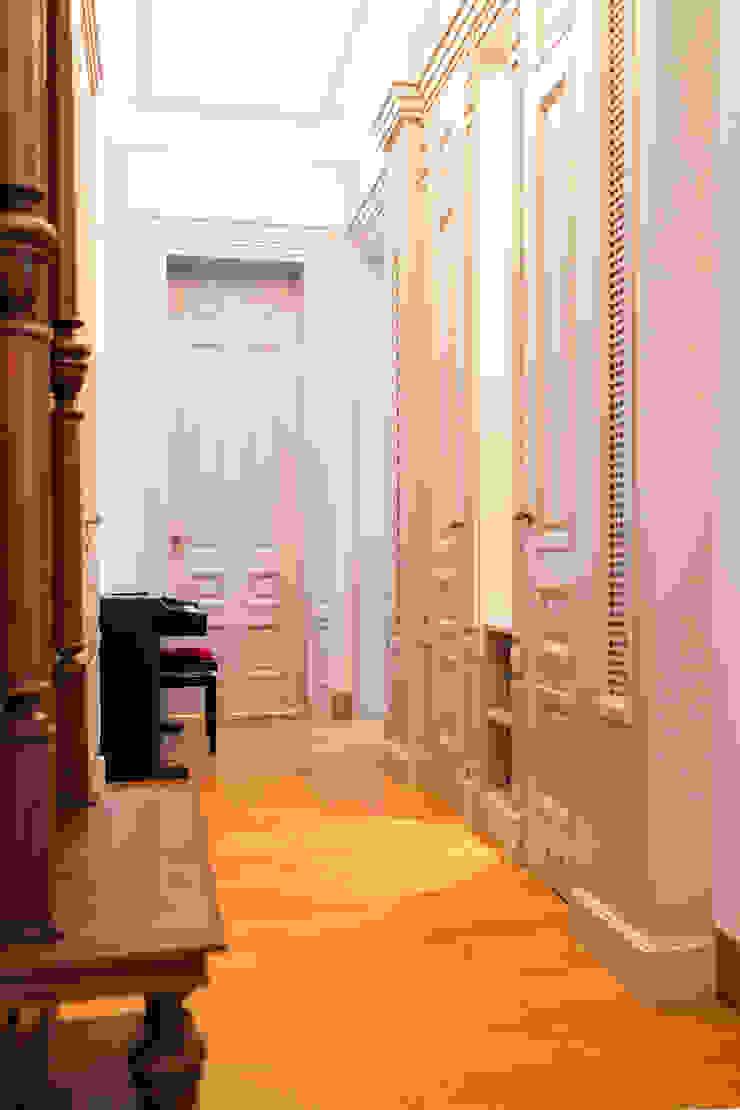 經典風格的走廊,走廊和樓梯 根據 Anna Buczny PROJEKTOWANIE WNĘTRZ 古典風 木頭 Wood effect