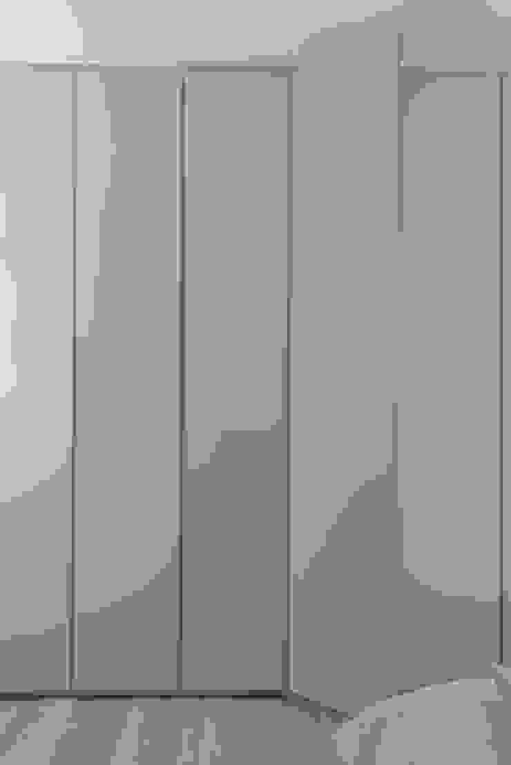Armadio al mm di design-puntoacapo / laboratorio creativo Minimalista