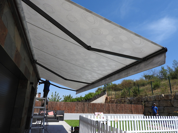 Toldo de 7.00 x 2.50 mts Tendals Egara Jardines de estilo moderno