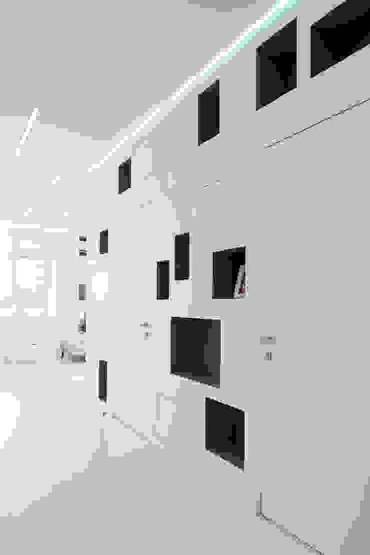 Квартира на Мосфильме Коридор, прихожая и лестница в стиле минимализм от Kerimov Architects Минимализм