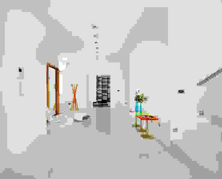 Casas con un estilo minimalista y muy luminosas Pasillos, vestíbulos y escaleras de estilo minimalista de MSTUDIO FOTOGRAFIA PUBLICITARIA Minimalista