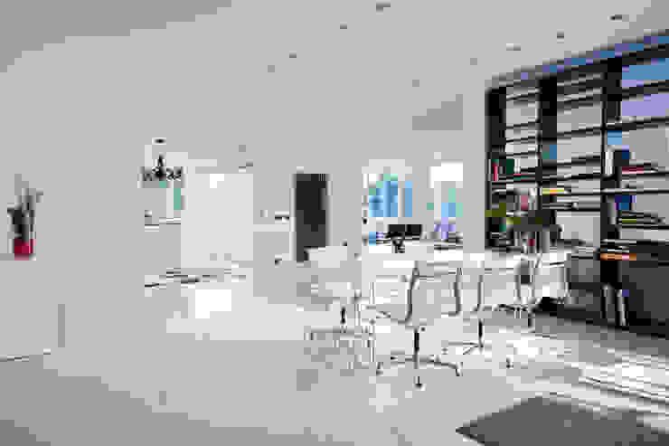 Casas con un estilo minimalista y muy luminosas Comedores de estilo moderno de MSTUDIO FOTOGRAFIA PUBLICITARIA Moderno