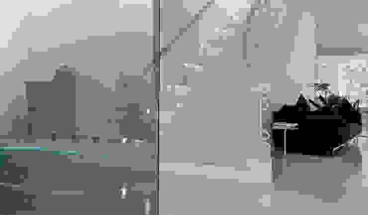 Casas con un estilo minimalista y muy luminosas Pasillos, vestíbulos y escaleras de estilo moderno de MSTUDIO FOTOGRAFIA PUBLICITARIA Moderno