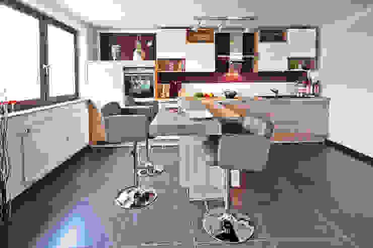 Offene Wohnküche mit Insel:  Küche von Küchen Quelle,Modern