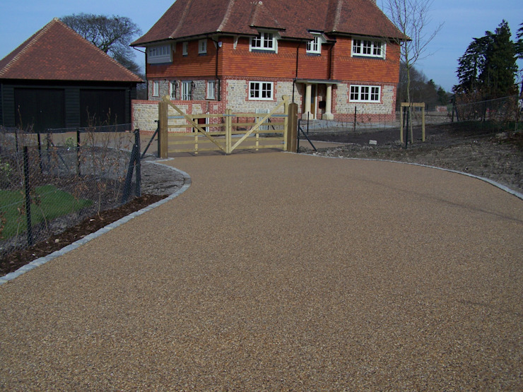 Domestic Driveways installation of resin bound paving Paredes e pisos rústicos por Permeable Paving Solutions UK Rústico