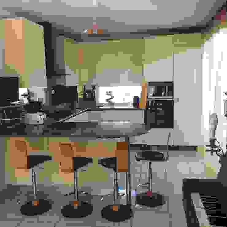 ANA VAJNOVSZKI ARCHITECTE Modern Kitchen