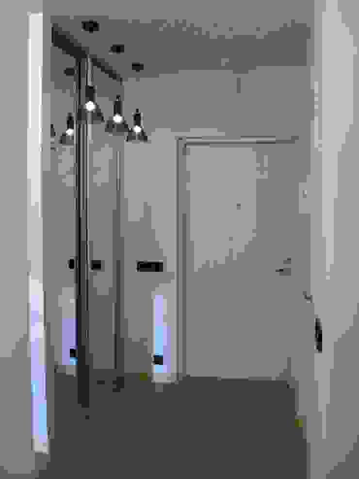 Квартира по финским лекалам Коридор, прихожая и лестница в скандинавском стиле от Format A5 Fontanka Скандинавский
