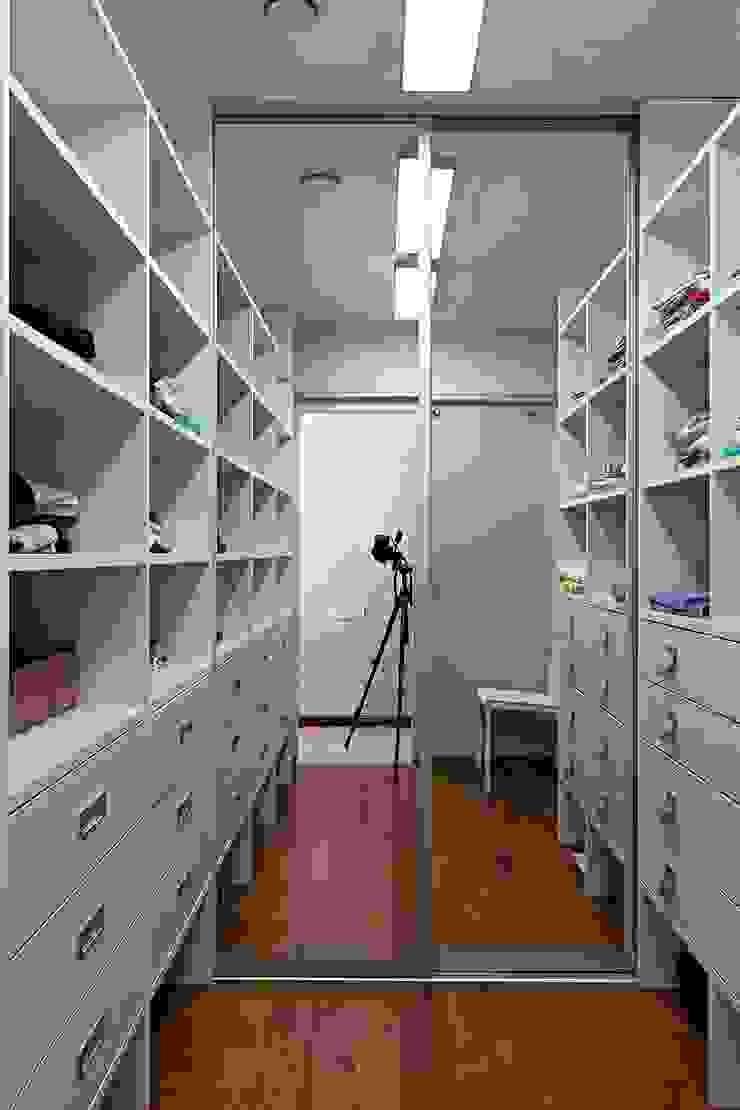 Жизнь в ярких цветах Гардеробная в стиле модерн от дизайн студия 'LusiSarkis ' Модерн