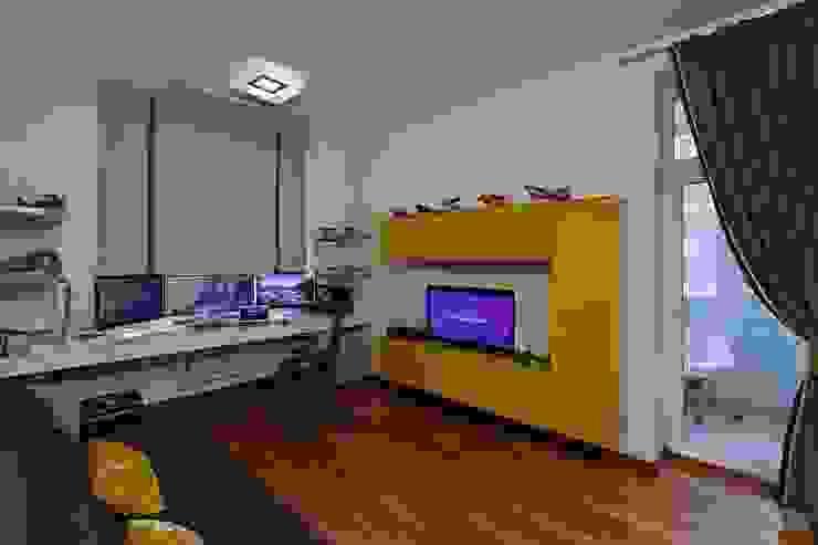 Жизнь в ярких цветах Рабочий кабинет в стиле модерн от дизайн студия 'LusiSarkis ' Модерн