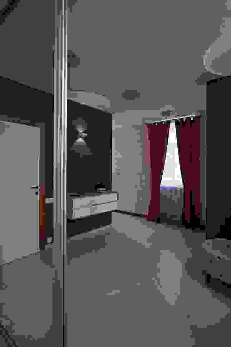 Жизнь в ярких цветах Коридор, прихожая и лестница в модерн стиле от дизайн студия 'LusiSarkis ' Модерн