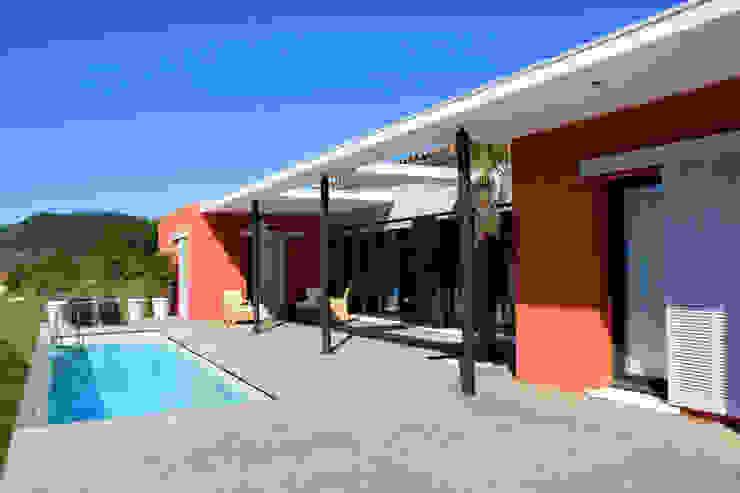 la terrasse et le bassin de nage Maisons modernes par RAYNAUD JEAN-LUC Moderne