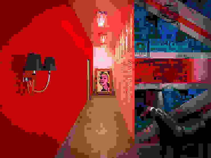 Красный коридор: вызов и яркий акцент Коридор, прихожая и лестница в модерн стиле от Студия дизайна интерьера Маши Марченко Модерн