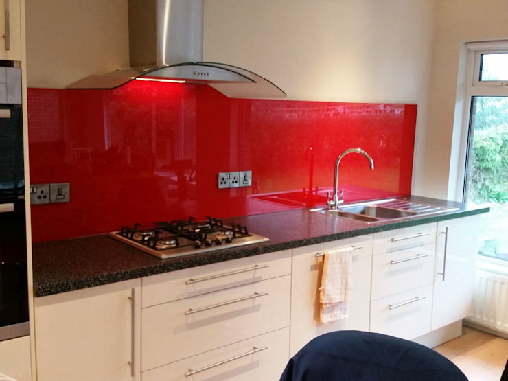 Red shaped glass splashback di DIYSPLASHBACKS Moderno