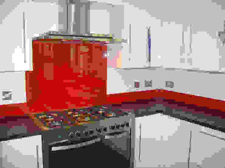 Red Glass splashbacks and matching upstands: modern  by DIYSPLASHBACKS, Modern