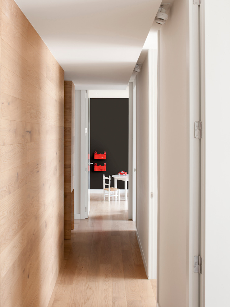 A! Emotional living & work Minimalist corridor, hallway & stairs