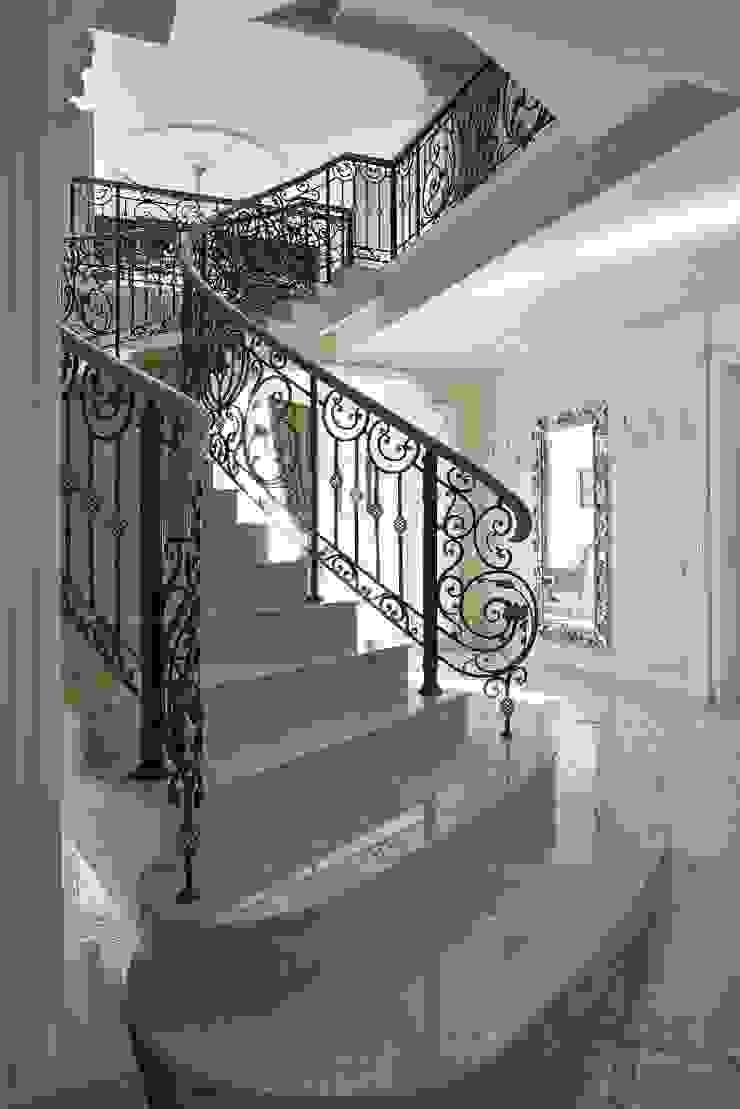Лестница Коридор, прихожая и лестница в классическом стиле от ODEL Классический Мрамор