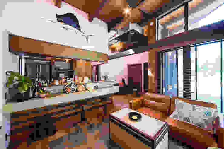 リゾート感溢れるビンテージデコラティブハウス: パパママハウス株式会社が手掛けたリビングルームです。