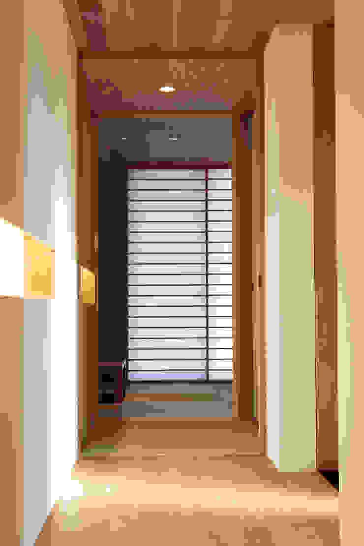 廊下 モダンスタイルの 玄関&廊下&階段 の 内田建築デザイン事務所 モダン