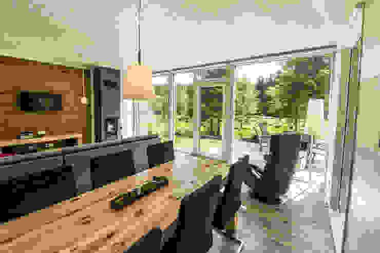 Handgefertigte Massivholzmöbel fügen sich in den freien Blick auf den Thüringer Wald harmonisch ein... von Ferienhaus Lichtung im grünen Herzen Deutschland Landhaus