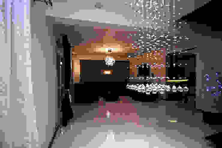 Salon z pięknym oświetleniem Nowoczesny salon od Bednarski - Usługi Ogólnobudowlane Nowoczesny