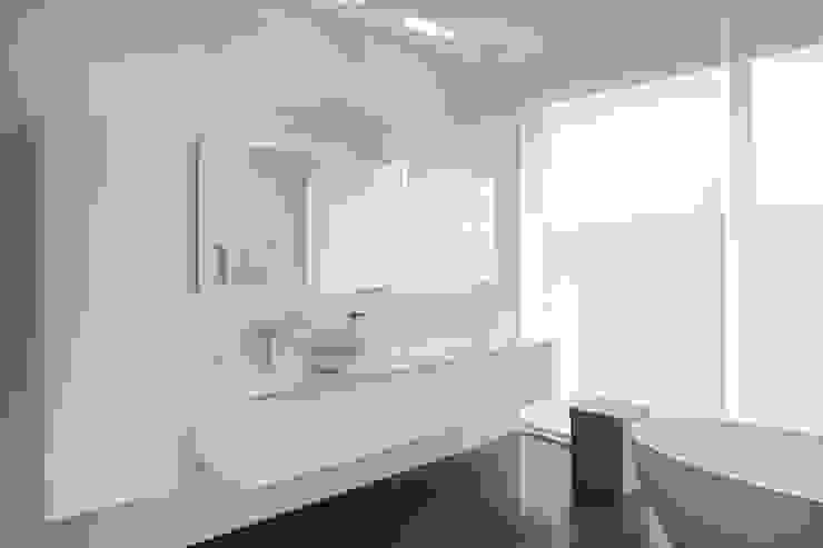 Le cube blanc Salle de bain minimaliste par Luc Spits Interiors Minimaliste