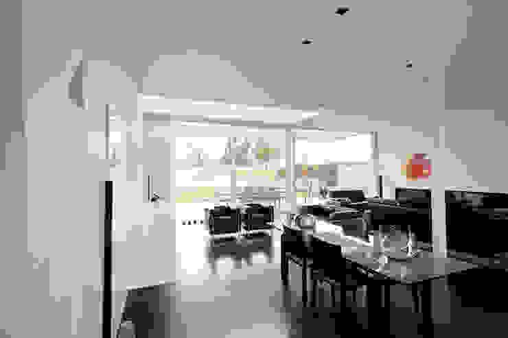 Le cube blanc Salon minimaliste par Luc Spits Interiors Minimaliste