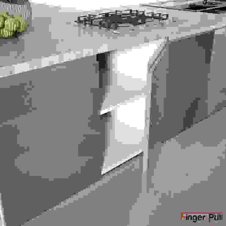 """Detalle puerta de cocina alto brillo de la gama Luxe by Alvic con puertas Finger-Pull en """"perfil J"""" de ALVIC Minimalista"""