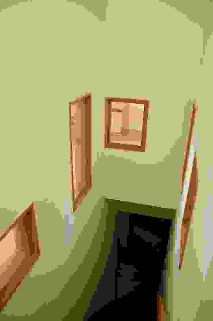 階段周りに窓のある家 sorama me Inc. オリジナルスタイルの 玄関&廊下&階段