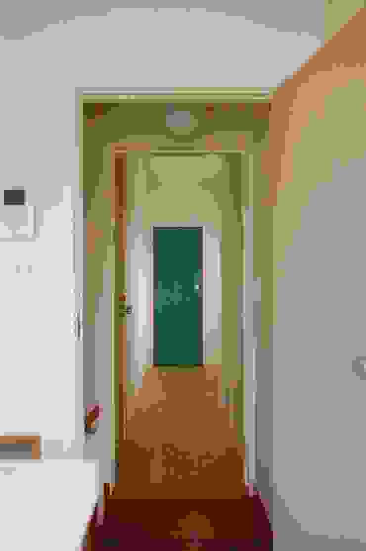 階段周りに窓のある家 sorama me Inc. オリジナルな 窓&ドア