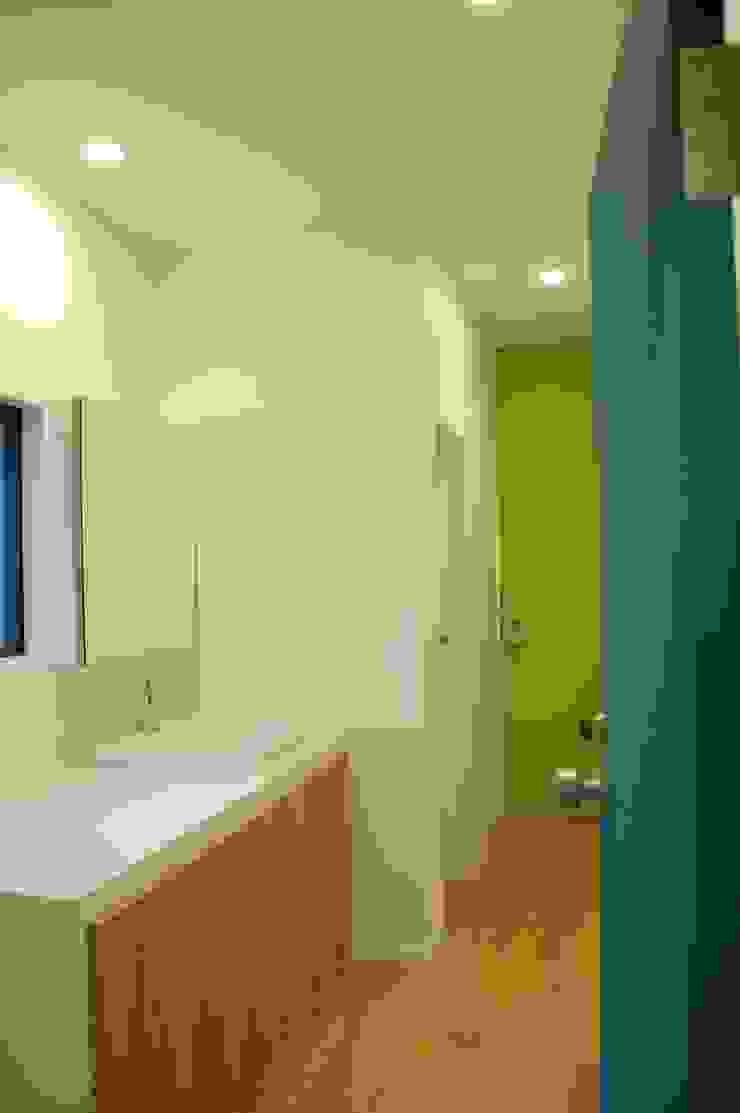 階段周りに窓のある家 sorama me Inc. オリジナルスタイルの お風呂