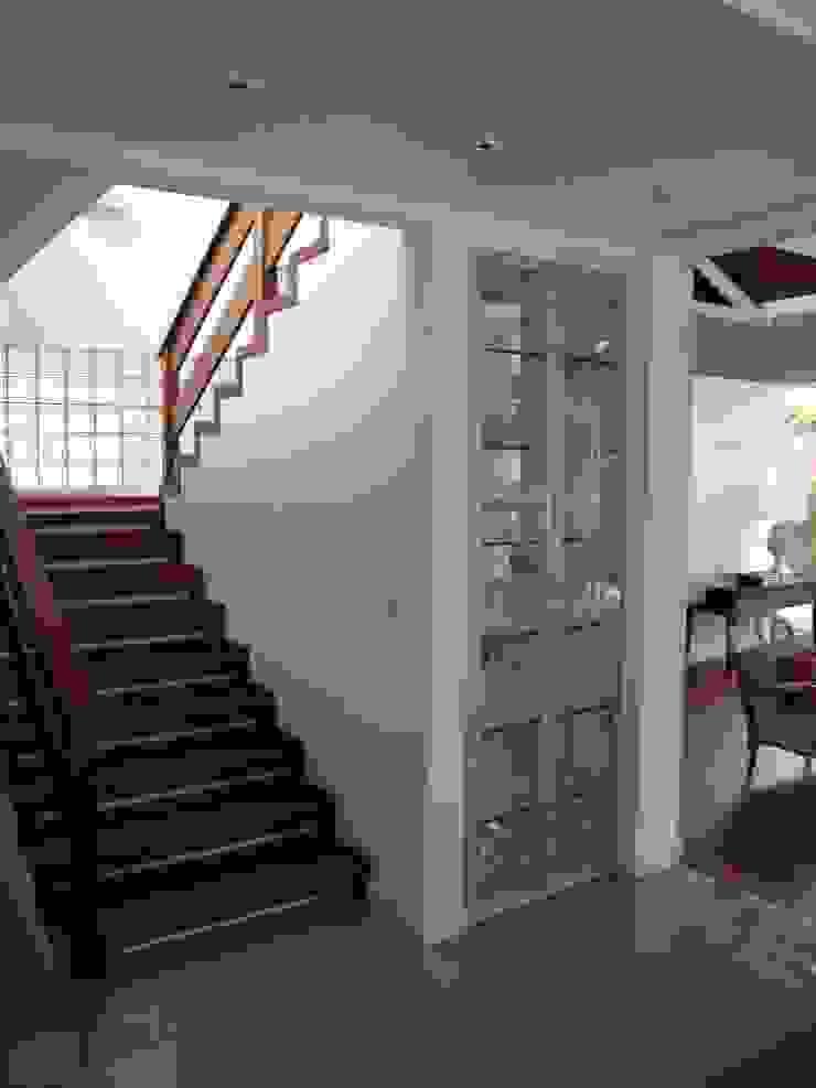 Casa GM Corredores, halls e escadas modernos por Roesler e Kredens Arquitetura Moderno