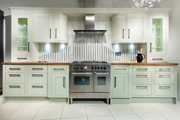 Tradition with stripey glass splashback Intoto Kitchens Salisbury Кухня