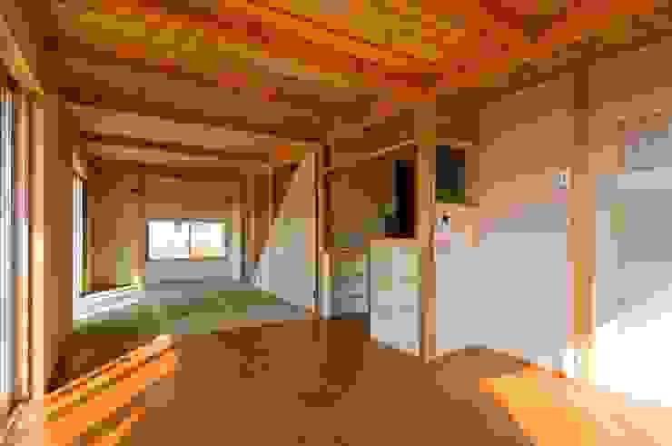ダイニングから畳リビング・キッチンを見る。 オリジナルデザインの リビング の 氏原求建築設計工房 オリジナル
