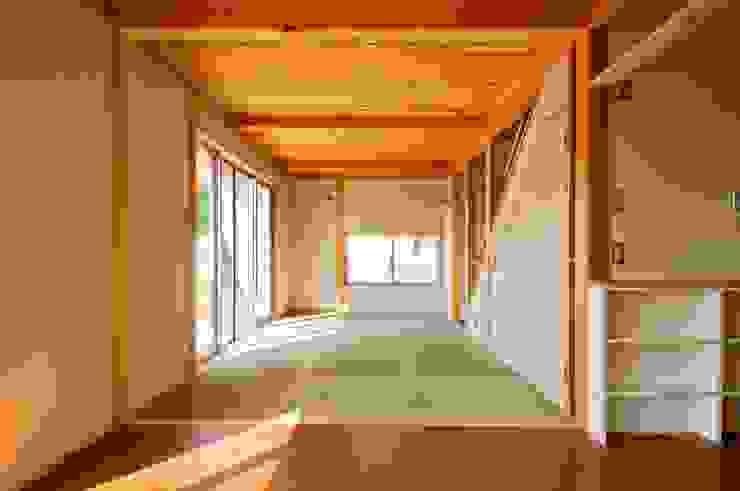 ダイニングから畳リビングを見る。 オリジナルデザインの リビング の 氏原求建築設計工房 オリジナル