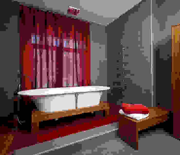 На полу вставка из красного стекла от Baydyuk Design Company Минимализм