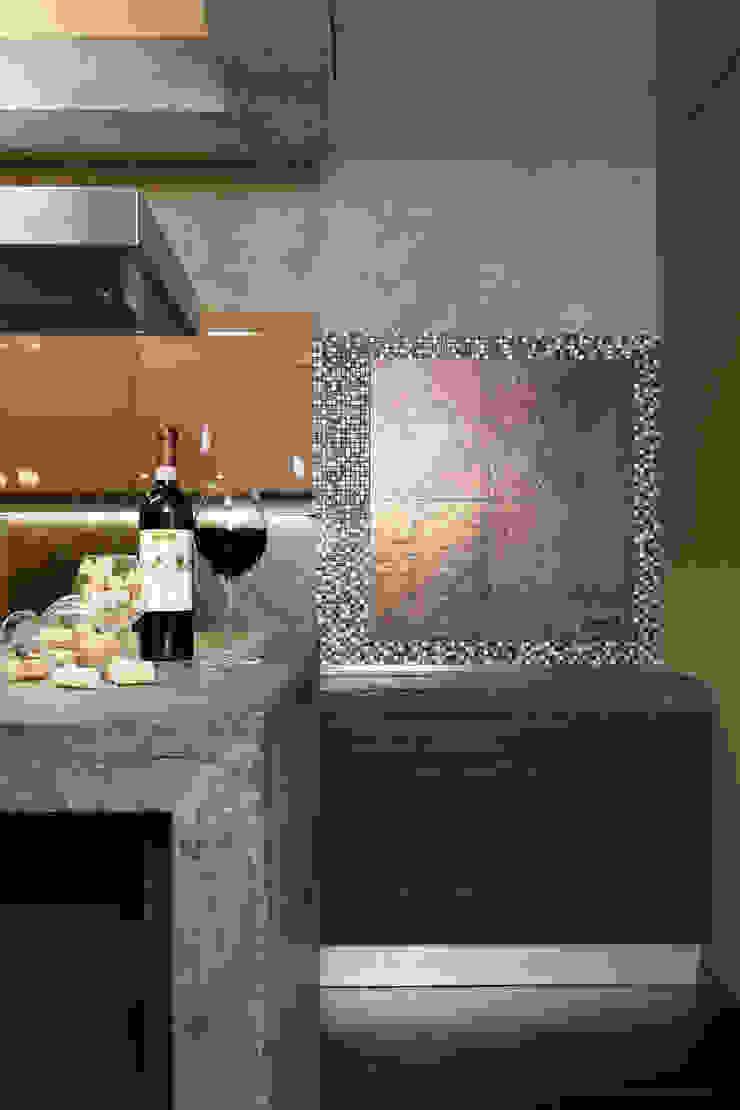 Отделка фартука кухни керамическим гранитом и мозаикой из натурального камня и металла от Baydyuk Design Company Минимализм