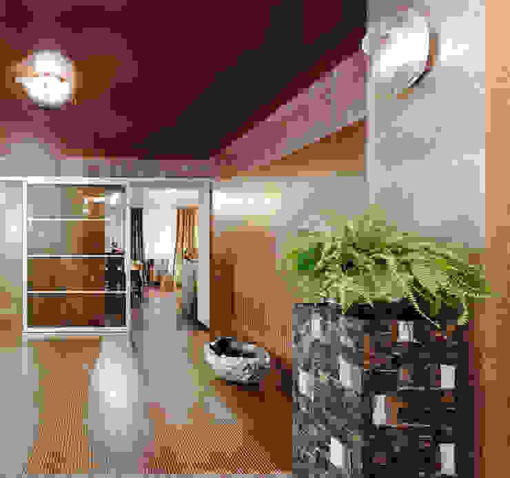 Откатная прозрачная дверь, сквозь которую виден декор керамогранита от Baydyuk Design Company Минимализм
