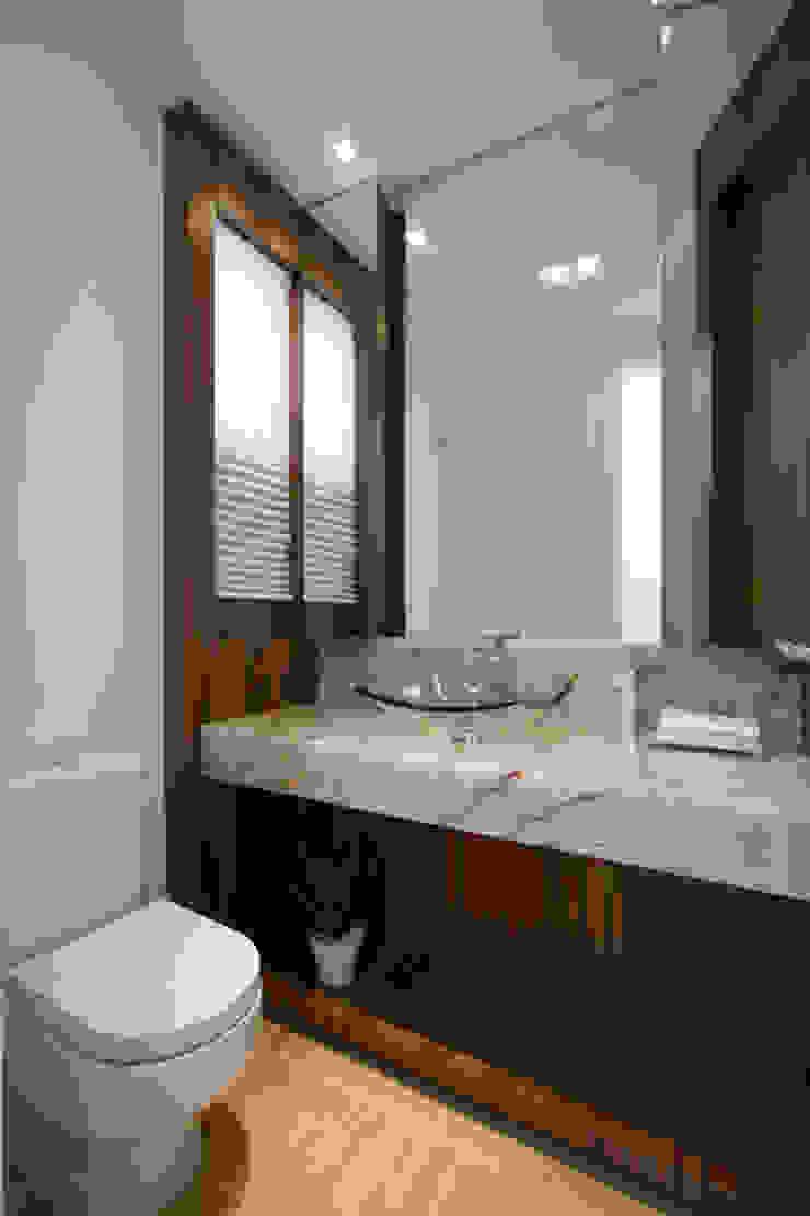 Casa AM - Joinville/SC – Estúdio Kza Arquitetura e Interiores Banheiros modernos por Estúdio Kza Arquitetura e Interiores Moderno