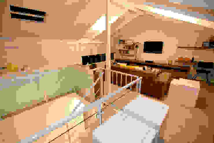 Sótão EL- Joinville/SC – Estúdio Kza Arquitetura e Interiores Kza Arquitetura Salas de estar modernas