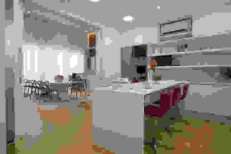 Casa AM – Joinville/SC – Estúdio Kza Arquitetura e Interiores Cozinhas modernas por Estúdio Kza Arquitetura e Interiores Moderno