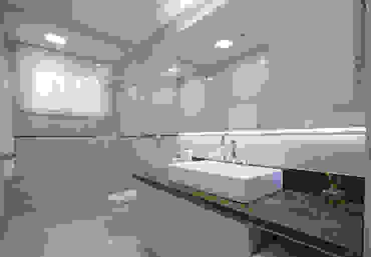 Casa AM – Joinville/SC – Estúdio Kza Arquitetura e Interiores Banheiros modernos por Estúdio Kza Arquitetura e Interiores Moderno